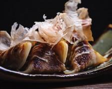 Gyozas de Cerdo, langostinos y puerro con salsa okonomiyaki y katsuobushi